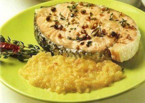 Il Salmone alle cipolle viene realizzato marinando i tranci di salmone con olio, timo, maggiorana, coriandolo e pepe verde, quindi preparando la sals...