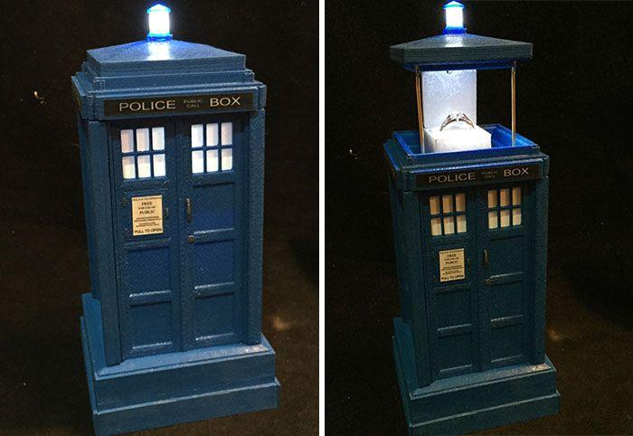 anillo de compromiso geek en una cabina de teléfono del Dr. who