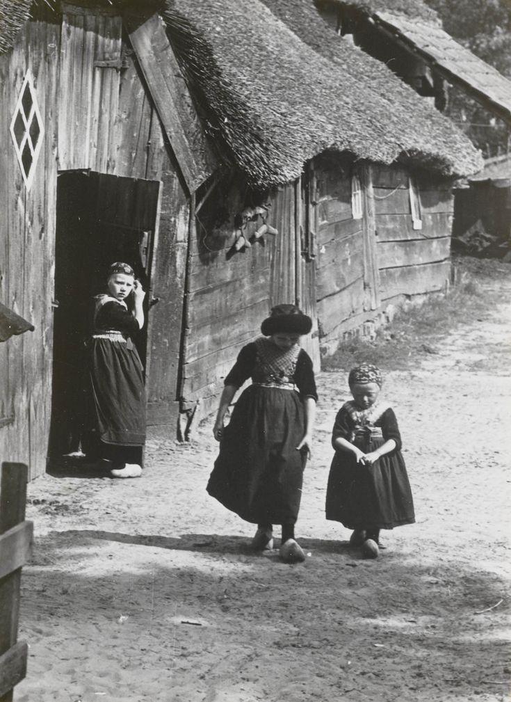 Drie meisjes in Staphorster streekdracht 1935-1945 Het middelste meisje draagt de 'nette' (zwarte kindermuts). #Overijssel #Staphorst