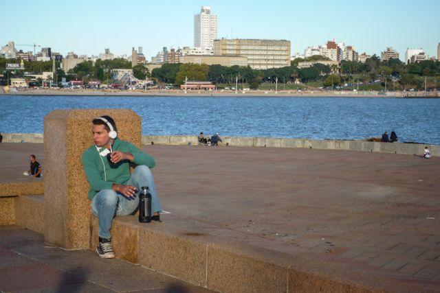 Desde el más moderno al más antiguo toma mate en la Rambla de Montevideo