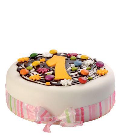 Dětský dort č. 3 Dětský dort obalovaný fondánem, dozdobený čokoládou, kytičkami z fondánu, stuhou, lentilkami a číslicí.
