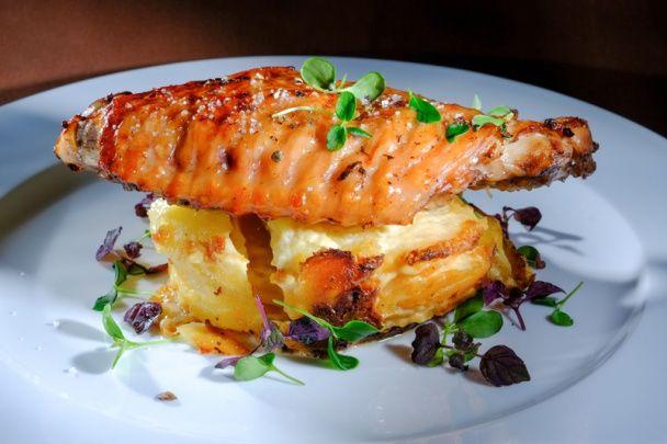 Pečené morčacie krídlo na gratinovaných zemiakoch