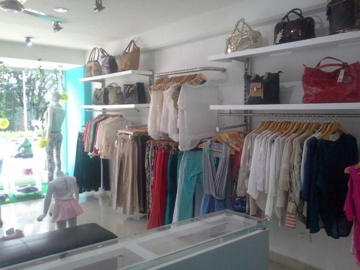 Las 25 mejores ideas sobre exhibidores de ropa en for Decoracion de negocios de ropa