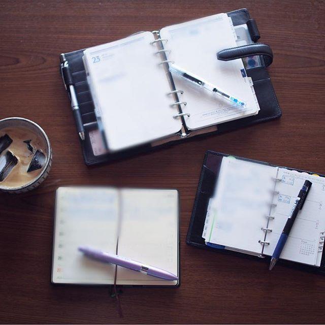 午前中の家事が終わったので、大好きなコーヒー飲みながら手帳タイムです☺️ . バイブルサイズのフランクリンプランナー、能率手帳、ミニ6にそれぞれを広げて書くのが楽しい❤ . ペンはなんとなく フランクリン→カクスケ(インクは月夜) ミニ6→juiceupブルーブラック0.28 能率手帳→スタイルフィット ブルー0.28 に落ち着いてます。 . weeksに日記を書こうと思いつつも、能率手帳に今まで書いちゃってたので、なんとなく移行できず…。 能率手帳は、違う使い方をした方がいいのかなぁ . #手帳の中身 #手帳 #手帳タイム #手帳生活 #手帳時間 #フランクリンプランナー #フランクリン手帳 #能率手帳 #能率手帳普及版 #ミニ6穴 #ミニ6 #システム手帳 #システム手帳ミニ6 #システム手帳バイブルサイズ #うちカフェノート部