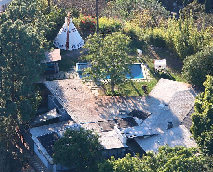 """Miley Cyrus  La controvertida y escandalosa estrella del pop decidió dejar la antigua mansión que compartía con su exnovio Liam Hemsworth en Toluca Lake para adquirir un nuevo inmueble en la cuidad de Los Ángeles. La nueva """"casita"""" de la exniña Disney cuenta con 5.173 metros cuadrados y está valorada en 4 millones de dólares. Tiene en su haber cinco habitaciones, seis baños, piscina de agua salada y gimnasio"""