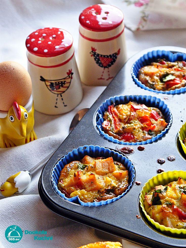 Mini omleciki w formie muffinek   6 jajek 100 ml mleka  200g polędwicy z indyka duża papryka pęczek natki pietruszki pieprz czarny