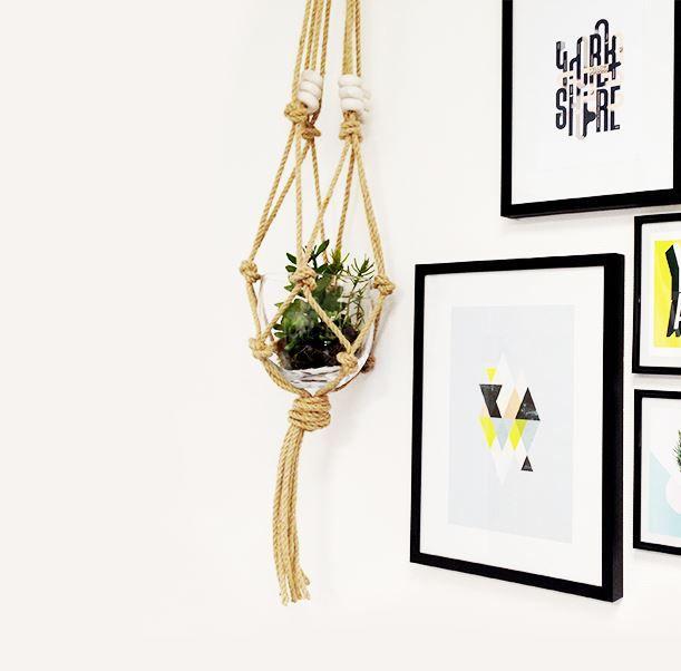 Une façon originale de présenter les plantes ? Les suspendre ! La tendance est dans tous les magazines déco du moment.Voici un DIY pour réaliser une suspension en corde agrémentée de quelques perles.  Le matériel : – 20 mètres de corde – Un vase et une plante – Un anneau en bois pour tringle …