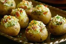 Patates seven küçük, büyük herkesin severek yiyeceği Mini Kumpir Tarifi.İçindeki sebzeleri ağzınızın tadına göre ekleyip çıkartarak da yapabilirsiniz.