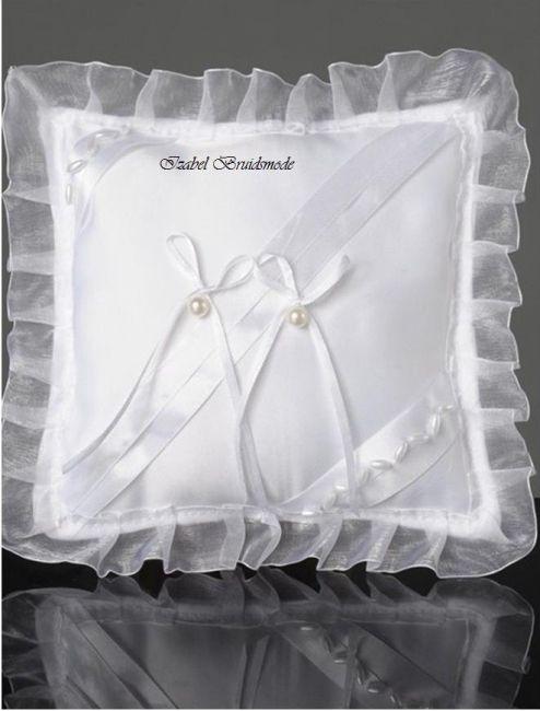 Ringkussen met asymmetrische satijnen lint en rijst parels. Twee strikjes en ronde pareltjes voor de trouwringen. Gemaakt van satijn en organza. Kleuren: wit of ivoor. -