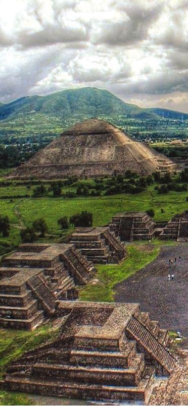 Esta es la Teotihuacán en México. La gente viene aquí para observar las estructuras piramidales. Es muy grande y antigua.