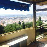 Dans résidence sécurisée, beau potentiel pour cet appartement d'angle avec grandes baies vitrées, triple exposition, vue dégagée sur collines et ..