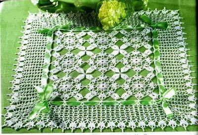Uncinetto e crochet: Centrotavola all'uncinetto quadrato con fiocchetti in raso verde