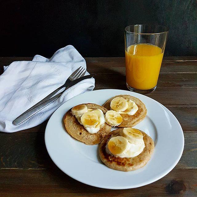 Healthy breakfast with buckwheat banana pancakes with yogurt and maple syrup.  Gesundes Pancakes aus Bananen Buchweizenvollkornmehl und UrDinkel. Dinkelmehl mag ich ja sehr gerne bei Buchweizen bin ich mir noch nicht so sicher ob ich es mag.... Hast du schon mit Buchweizenmehl gebacken?  #frühstück #zmorge #cakescookiesandmore #pancakes #buchweizenmehl #urdinkel #dinkel #schweizerfoodblog #swissfoodblog #schweizerküche