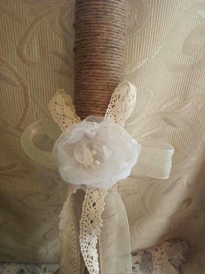 Rotolo rivestito di filo di juta impreziosito da una rosa in tulle realizzata a mano