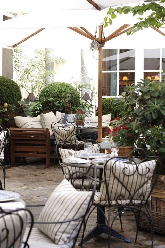 Aménagement de terrasse et jardin avec mobilier en fer forgé et en bois