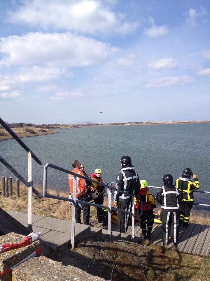 KNRM @knrm Overleg hulpverleners ter plaatse RT @wilbertmoerkerk: Zoekactie #duiker #Scharendijke nog in volle gang.