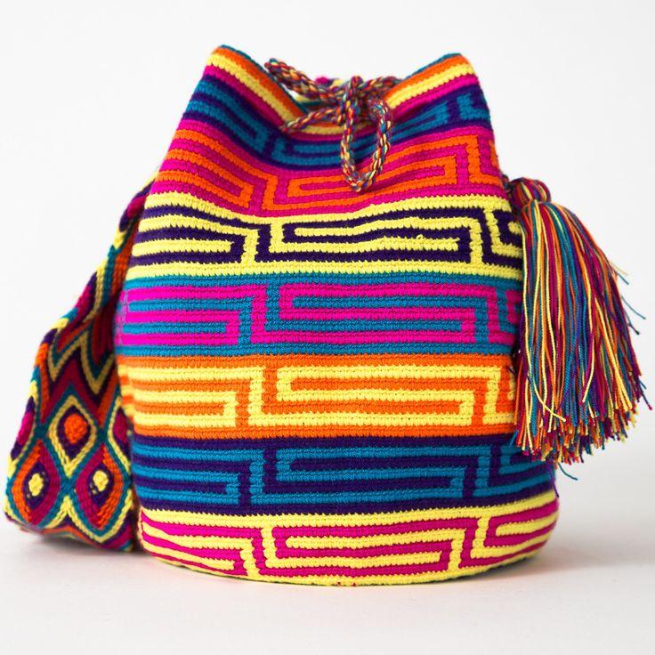 Mochila vistosa, devido às suas cores fortes, em padrões de linhas retas. Adaptável para qualquer estação do ano. Tiracolo/Ombro.