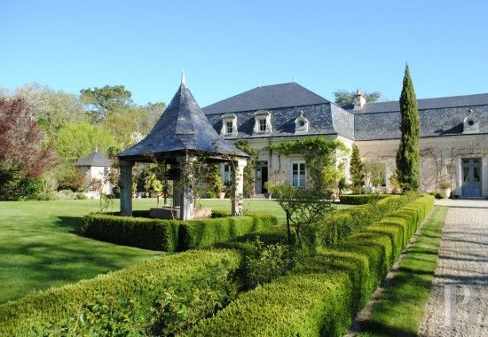Dans un bois en lisière de Poitiers, un manoir des 17è et 19è S. et son jardin admirable sur presque 20 ha de terres - châteaux à vendre - poitou-charentes - Patrice Besse Châteaux et Demeures de France, agence immobilière spécialisée dans la vente de châteaux, demeures historiques et tout édifice de caractère