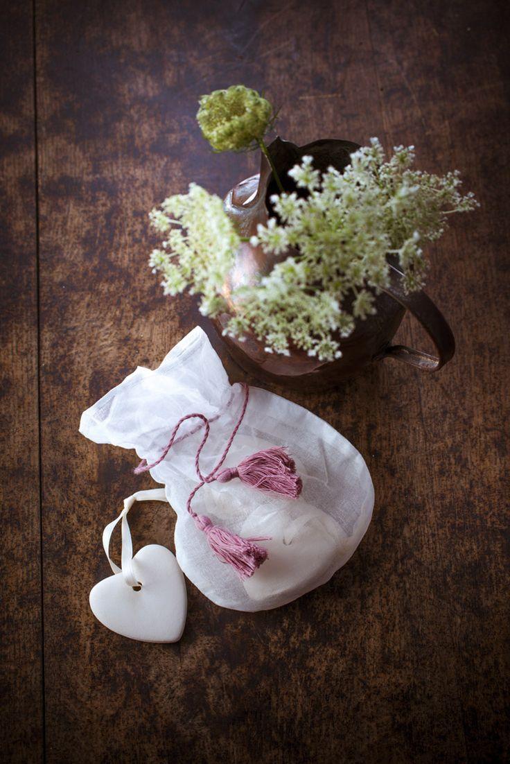 bien être, #rose et blanc, la #pureté dans la sales d'eau ! l' #aromathérapie par les produits #bio aux #huiles #essentielles ! coton, paille, savon d' #Alep et huiles #méditerranéennes #savon doux au bois de #cade, aromathérapie, les produits #bio aux huiles #essentielles ! http://www.marielys-lorthios.com/