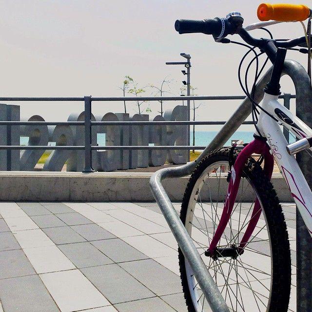 Nada más #sano que hacer #deporte cerca del #mar con #airepuro. #Benicàssim es #perfecto para un #paseo en #bici. #Benicassimparaiso #Benifornia #mediterraneo #sport #bicicleta #cycling #sea #benilovers #femesport #salut #ocio