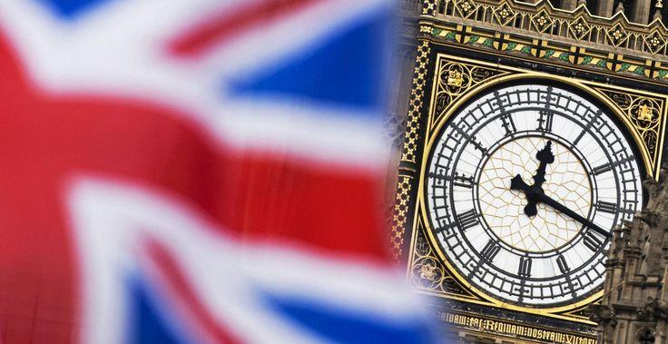 Vista del reloj del Big Ben entre una bandera del Reino Unido.