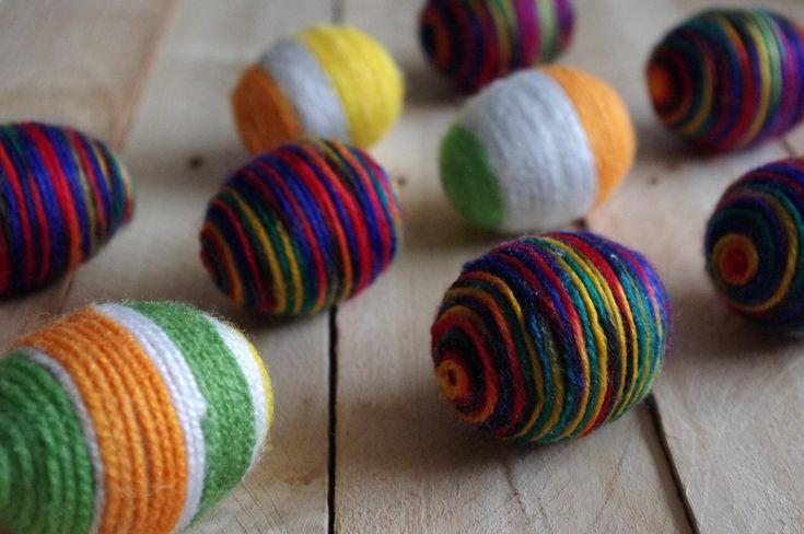Bavlnková vajíčka - Běžná vyfouknutá vajíčka jsme natřeli lepidlem (herkules) a obalili barevnými bavlnkami.  ( DIY, Hobby, Crafts, Homemade, Handmade, Creative, Ideas, Handy hands)