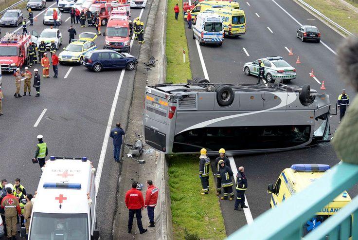Um autocarro que transportava uma equipa feminina de andebol de Lisboa capotou na A1 na zona de Aveiras, este sábado de manhã, causando duas dezenas de feridos.