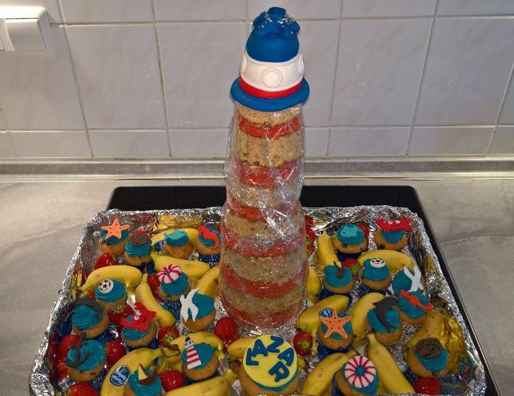 Leuchtturmkuchen aus Erdbeer- und Bananenkuchen, gefüllt mit Vanille-Frischkäse-Frosting. Dazu Mini-Muffins mit blauer Swiss-Meringue Creme  PS: sorry, um den Leuchtturm-Kuchen ist zum Frischhalten noch die Folie.. 🙈😉  #leuchtturm #erdbeerkuchen #bananenkuchen #vanille-frischkäse-Frosting  #mini-Muffins #swiss-meringue