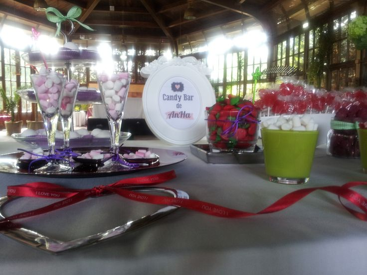 CandyBar en colores verdes y morados que preparamos para la boda de Silvia y Álvaro en la Finca Las Hiedras, Zaragoza. Endulzando el baile con nuestra discomóvil