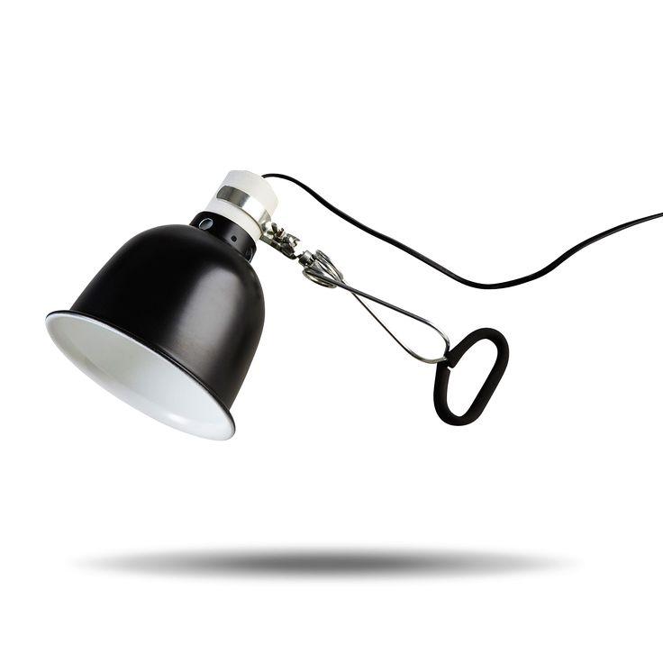 Lampe pince noire en forme de cloche à pincer sur une étagère, un meuble, une tête de lit. Interrupteur sur la douille. Grande longueur de câble 1,60m. Pour usage intérieur uniquement. Ampoule vendue séparément