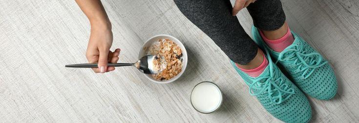 """Hardlopen in de ochtend is lekker om de dag mee te beginnen, maar met je voeding moet je daar wel rekening mee houden. Wat is nu een goed ontbijt als je 's ochtends gaat hardlopen? Die vraag kreeg (sport)diëtiste en Hardlopen.nl-expert Tara Vossers onlangs van een hardloper. Ze geeft antwoord in 5 tips. 1. Twee uur van te voren """"Nuttig het ontbijt bij voorkeur 1,5 tot 2 uur vóór aanvang van de training. Wanneer je snel last hebt van je maag is het verstandig ongeveer 2 uur vóór de tr..."""