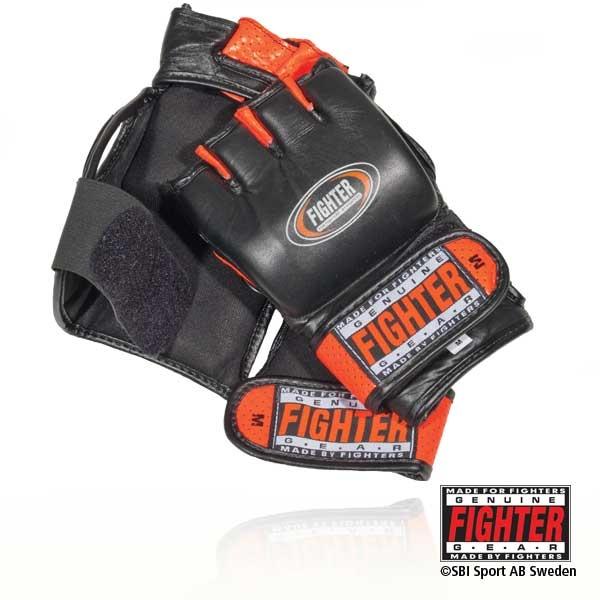 Fighter MMA-handske Hornet    Välsittande MMA handske helt i läder med dubbla kardborremanschetter. Fighter GEL förstärkt för extra stötupptagning. Hornet är i första hand en MMA handske, men även utmärkt för tuff träning i alla kontaktsporter som kräver knogskydd samt förmåga att greppa din motståndare.  Storlek S, M, L.  Pris 445:-