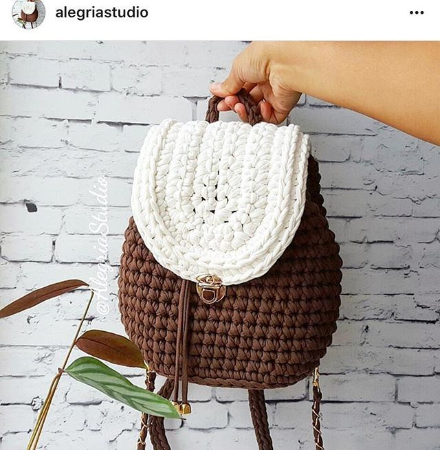 Bom dia! Bolsa linda feita pela @alegriastudio ❤️ . Bora crochetar no domingo?