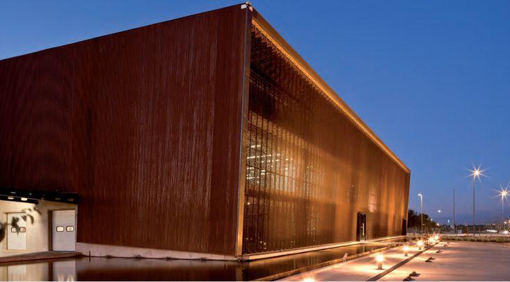 El Revestimiento Stripscreen Hunter Douglas es un producto de bajo peso, que permite la configuraciòn de fachadas ligeras de fàcil instalaciòn. Gracias a la versatilidad del sistema, los flejes verticales se pueden instalar en diversas direcciones generando distintas aperturas que dan movimiento a la fachada.