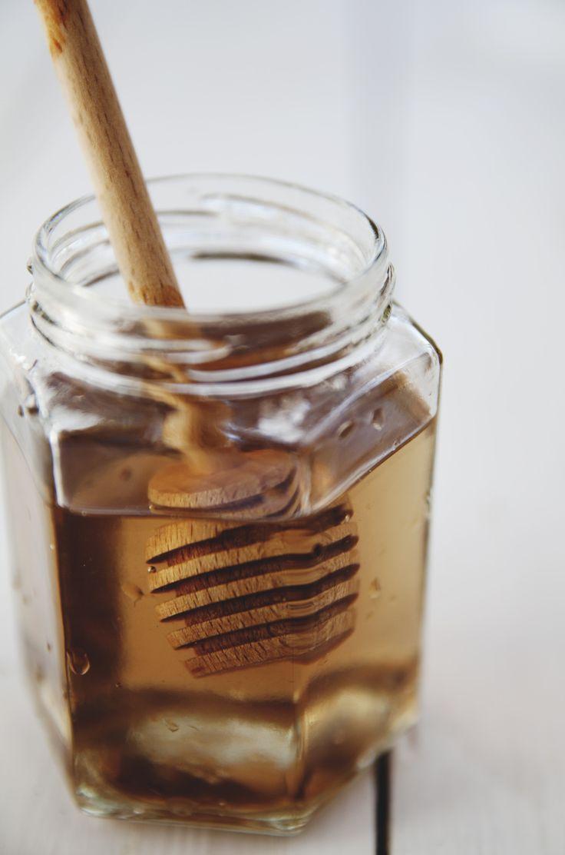 [ Violsirap ] God till pannkakor, söta drycker & bakning. { Ingredienser } 2 dl socker / ca 1 ½ dl violblommor / ½ dl vatten. { Metod } Lägg violerna på ett papper ngn tim så insekter kan krypa ut. Varva socker & violer i burk, tillsätt vattnet, skruva på locket. Ställ i soligt fönster 2–3 veckor, sockerkristallerna hettas under den tiden sönder så sockret blir till sirap. Sila bort blommorna. Häll på burk, förvara i kyl. För tjockare, koka i kastrull t avdunstat t önskad konsistens.