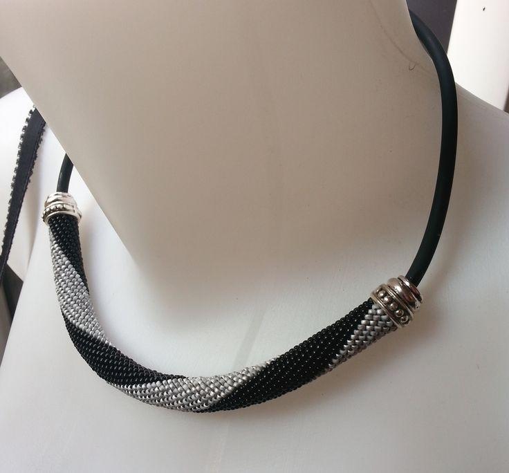 Spirale crochetée de perles de rocailles Miyuki grises et noires : Collier par larme-de-perles