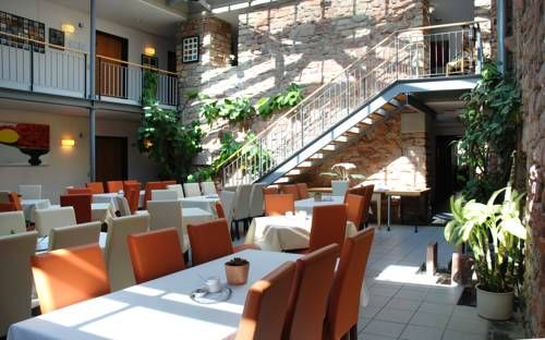 Hotel & Cafe�Ritter von B�hl Deidesheim Hotel & Cafe?Ritter von B?hl is situated in Deidesheim, 38 km from Heidelberg. Free WiFi is offered and free private parking is available on site.  Each room comes with a flat-screen TV.