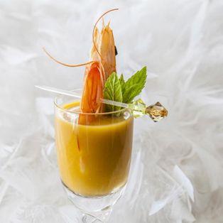 Chupito de calabaza tropical con langostino