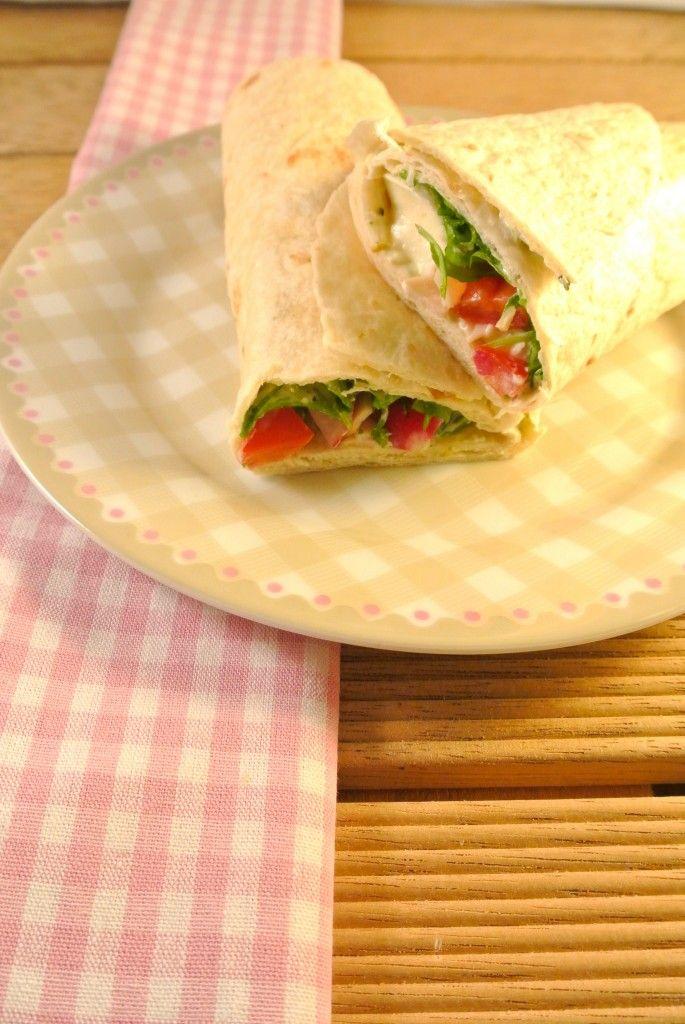 Koude wrap gevuld met rucola, pesto-roomkaas en kipfilet - Lekker en Simpel