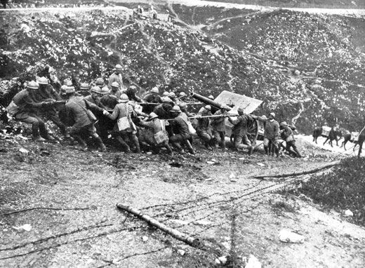 Artiglierie da 105 portate a braccia sul Col Moschin