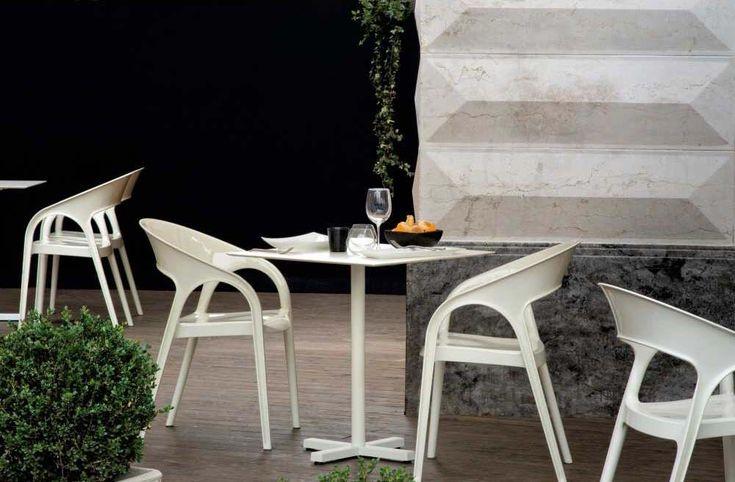 Tavolo bar Bold, tavolo leggero e resistente. Tavolo bar caratterizzato da linee eleganti e moderne. Tavolo con base in fusione di ghisa in vari colori.