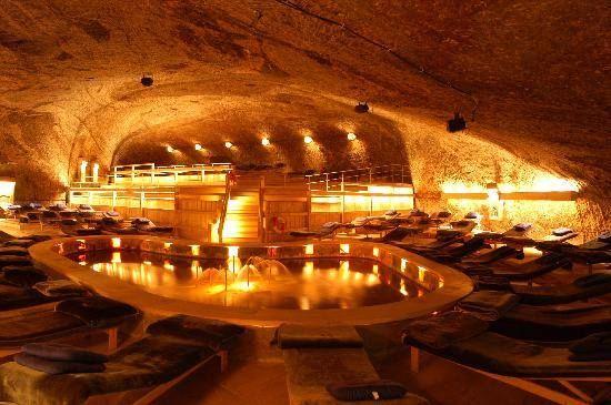 relaxen bij het zwembad in de grot.