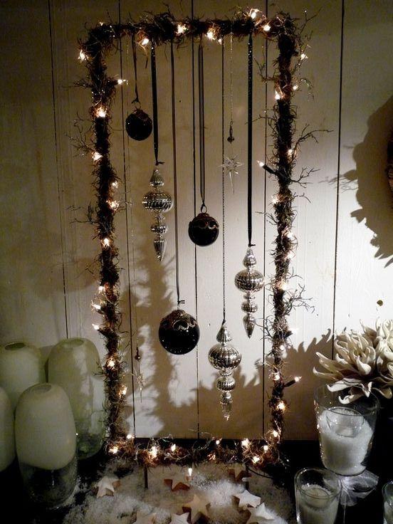metalen frame rechthoekig met lampjes en kerstballen (pootjes b v  2 halve rondjes eronder of