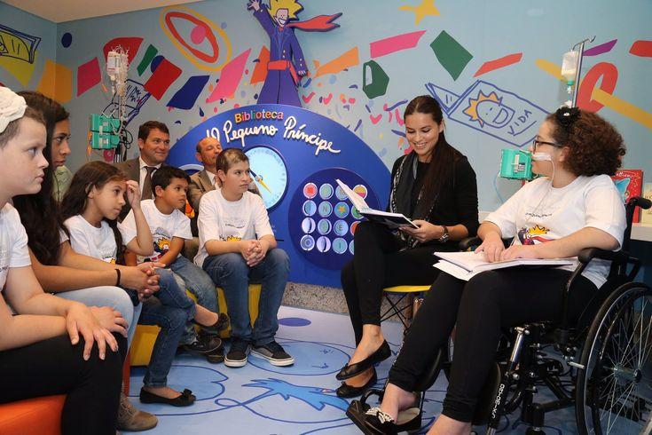 Адриана Лима читает маленьким пациентам историю Маленького принца