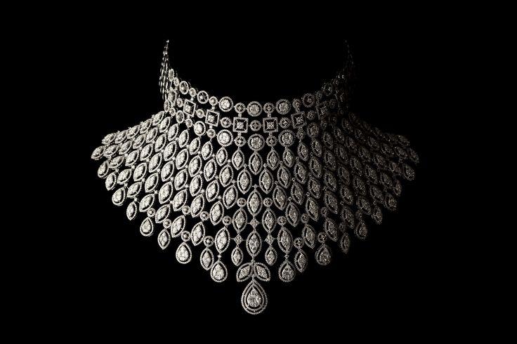 Close-up-of-diamond-necklace.jpg 1,600×1,067 pixels