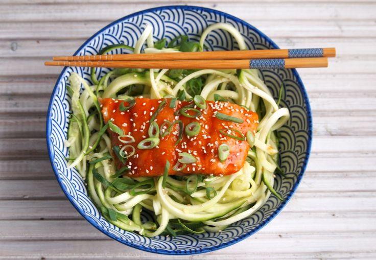 Aziatische zalm uit de oven met courgette noodles is een makkelijke en gezonde maaltijd. Je zult versteld staan van de heerlijke smaak.