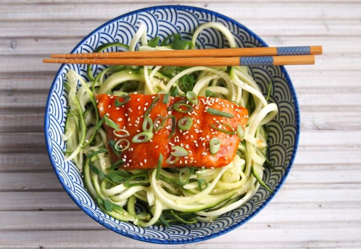 Aziatische zalm uit de oven met courgette noodles is een makkelijke en gezonde maaltijd. Je zult versteldstaan van de heerlijke smaak.