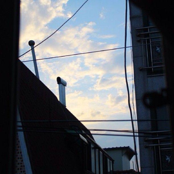 hyojeong21 / #2010#고3#비온다음날#nophotoshop 내방에서 공부하다가.. 는 개뿔ㅜㅜ 비온다음날 감성타임 무보정 눈누난나 / 서울 광진 능 / #골목 #길 #하늘 #설비 #굴뚝 /
