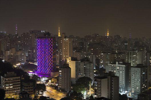 Estudio Guto Requena cria fachada de luz interativa em São Paulo   ArchDaily Brasil