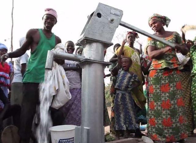 La femme au départ du marathon de Paris un bidon d'eau sur la tête a ramené l'eau potable à son village en Gambie